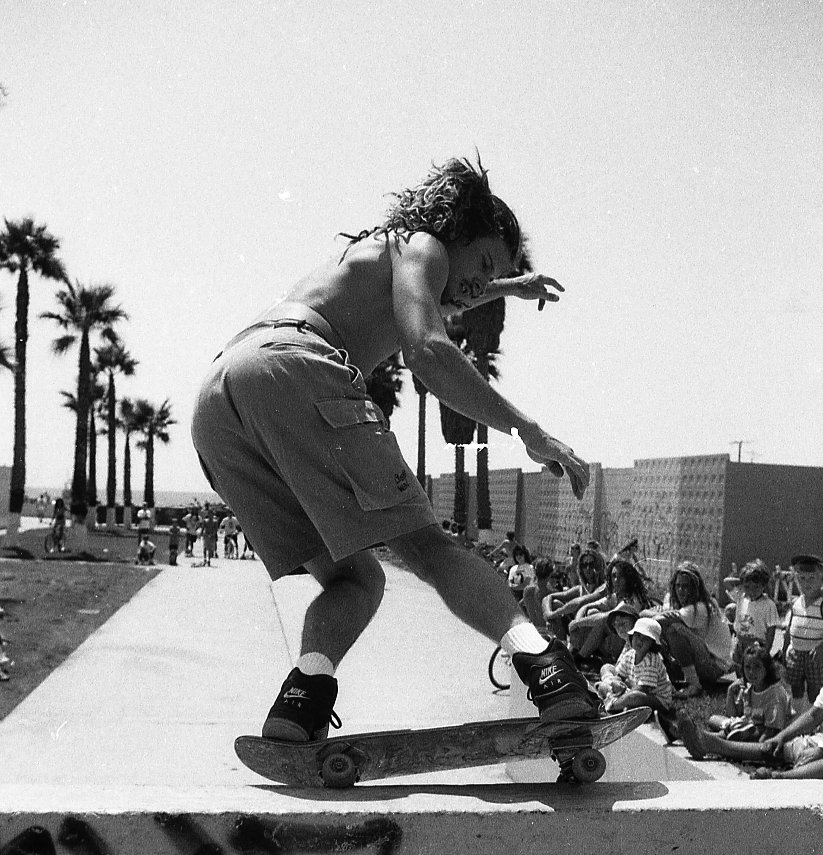 Devintas dešimtmetis Venice Beach: išprotėjusi kasdienybė ir riedlenčių kultūros bumas